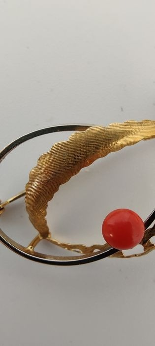 stara broszka Francja lata 60-te złoto 14 k koral