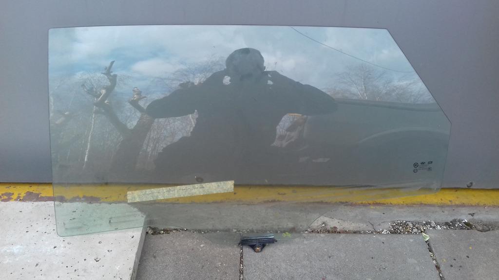 стекло двери  сзади левый hundai i40  универсал 2012r