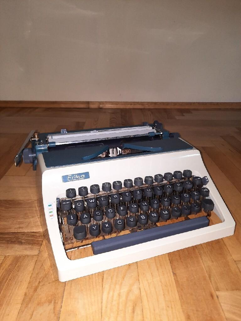 Старая пишущая машинка Эрики