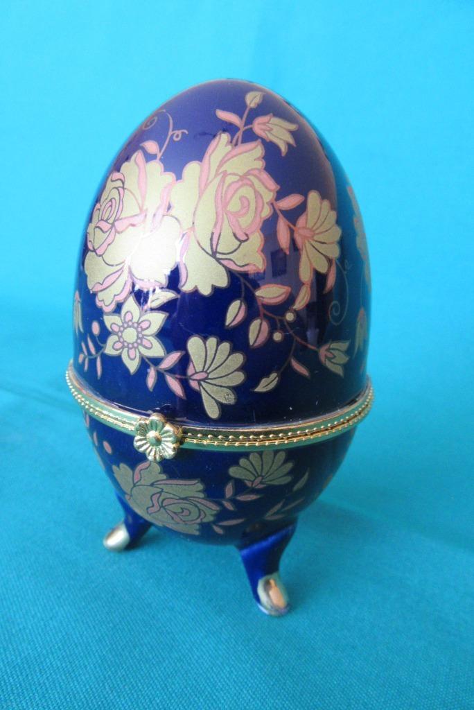 Porcelanowa szkatułka - kształt otwieranego jajka