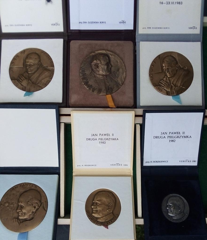 Item Set of medals with Saint John Paul II