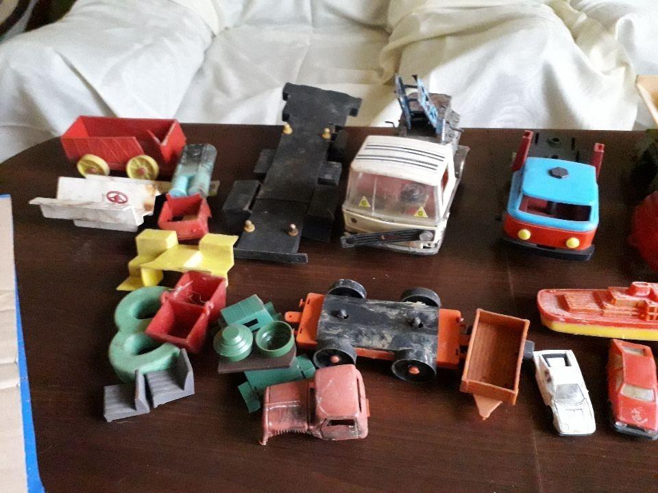 Старые пластиковые и металлические игрушки