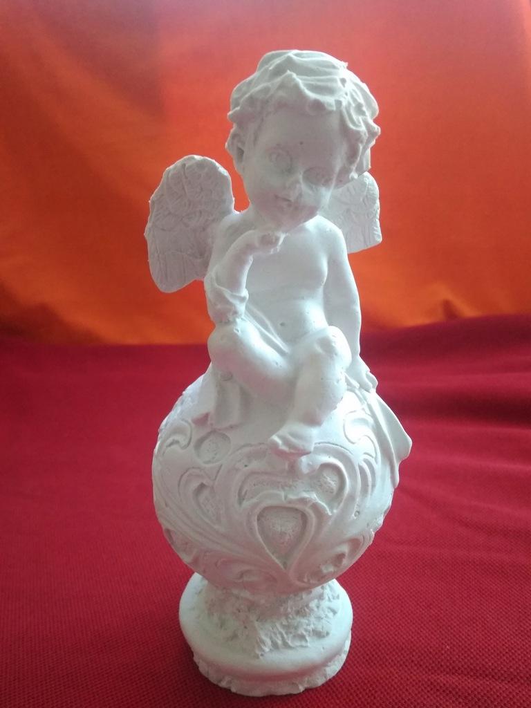 Anioł na kuli z gipsu 15 cm aniołek