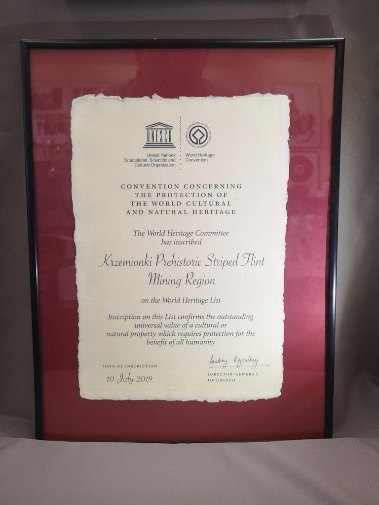 Kopia certyfikatu UNESCO i szpilka Krzemionki
