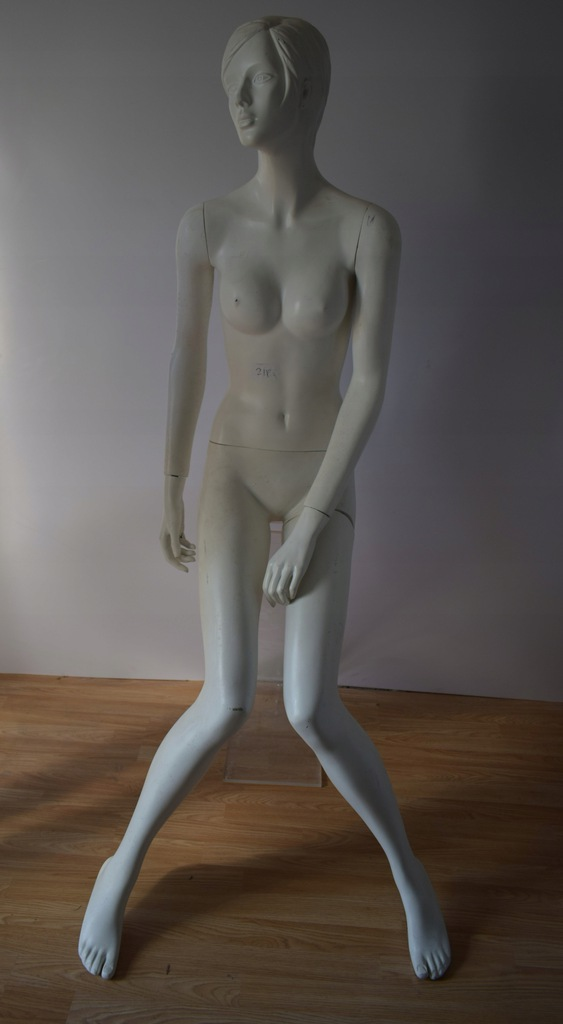 Manekin damski siedzący biały