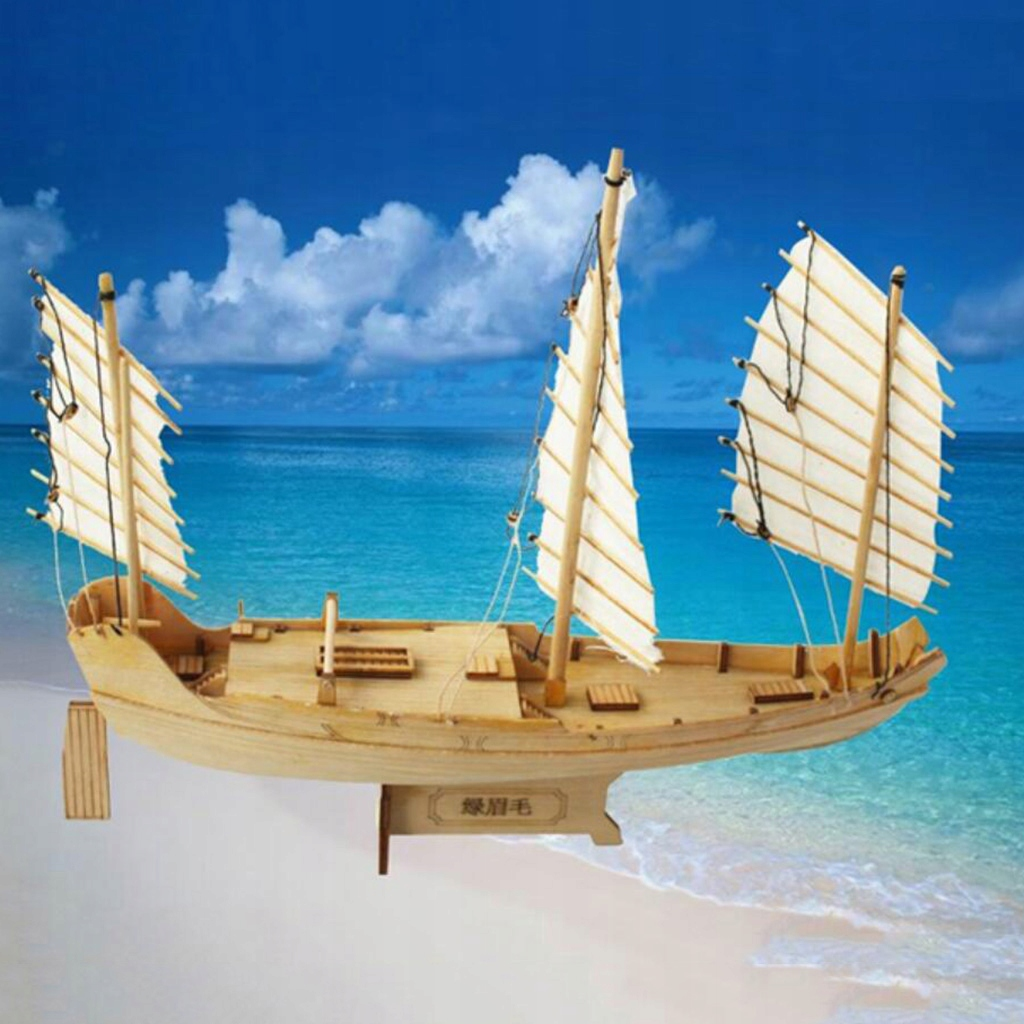 Zabawka z drewnianą łodzią