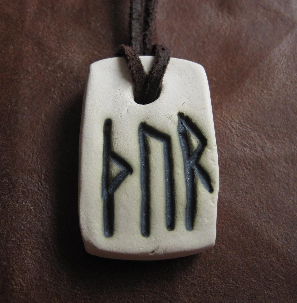 Amulet z imieniem Thora zapisanym runami