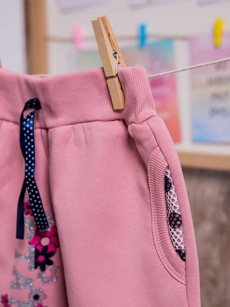 Różowe dziewczęce spodnie dresowe z kwiatkami 60