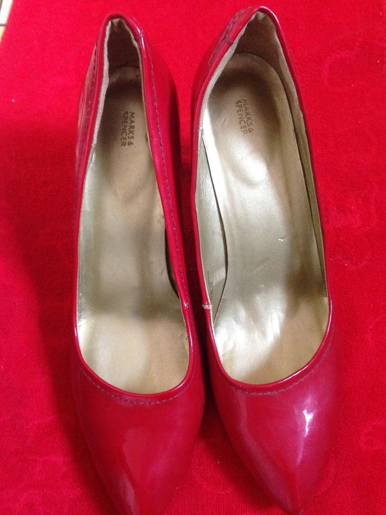 sandały czerwone na obcasie marks&spencer