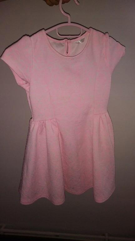 rozowa tloczona sukienka 116
