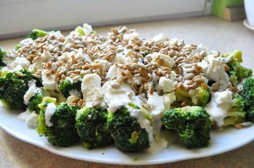 Sałatka z brokułów - przepis - GRAMY