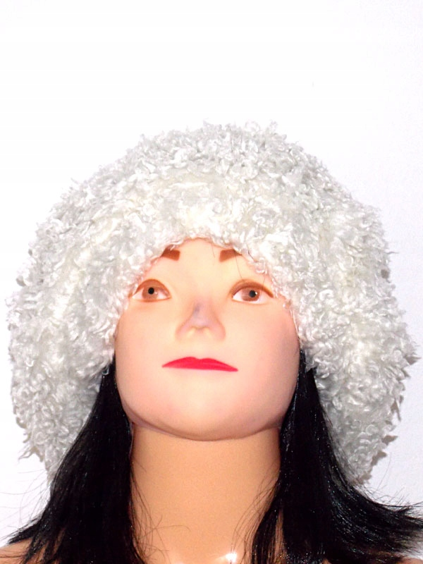 Biała, kudłata czapka. Karakuły