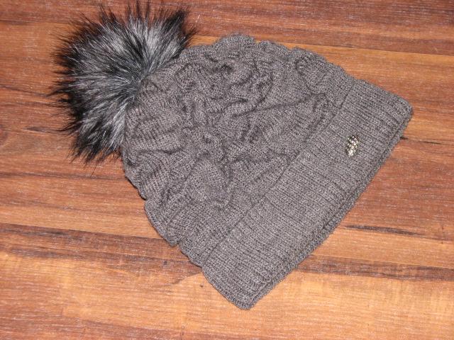 Śliczna czapka z pomponem 104 134