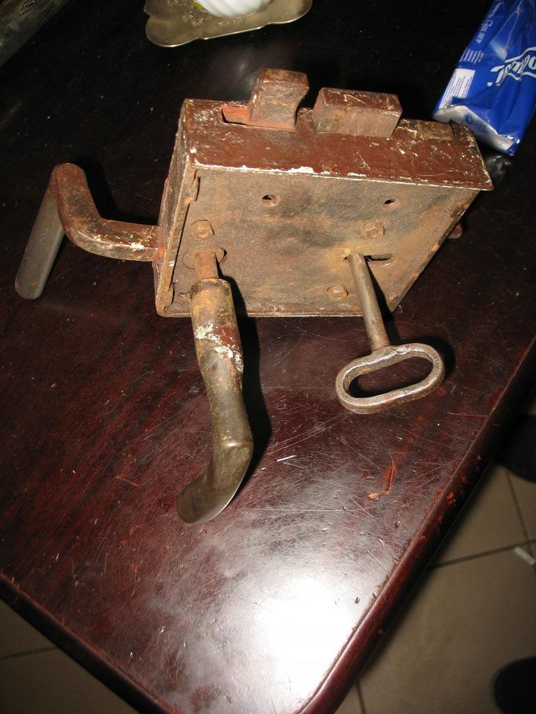Stary zamek skrzyniowy z kluczem działający