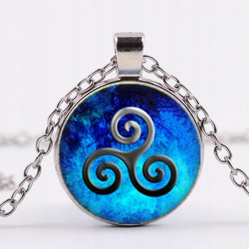 Wisiorek, amulet: celtyk triskele.