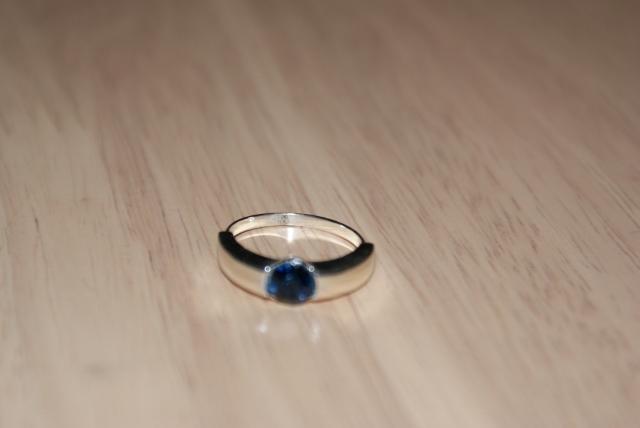 Pierścionek z niebieskim oczkiem