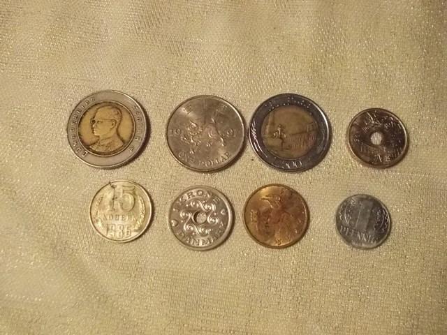 8 monet z różnych części świata