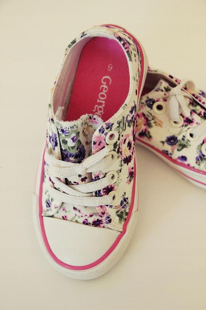 Różowe trampki niechodki dla dziewczynki w kwiatki. Kolor