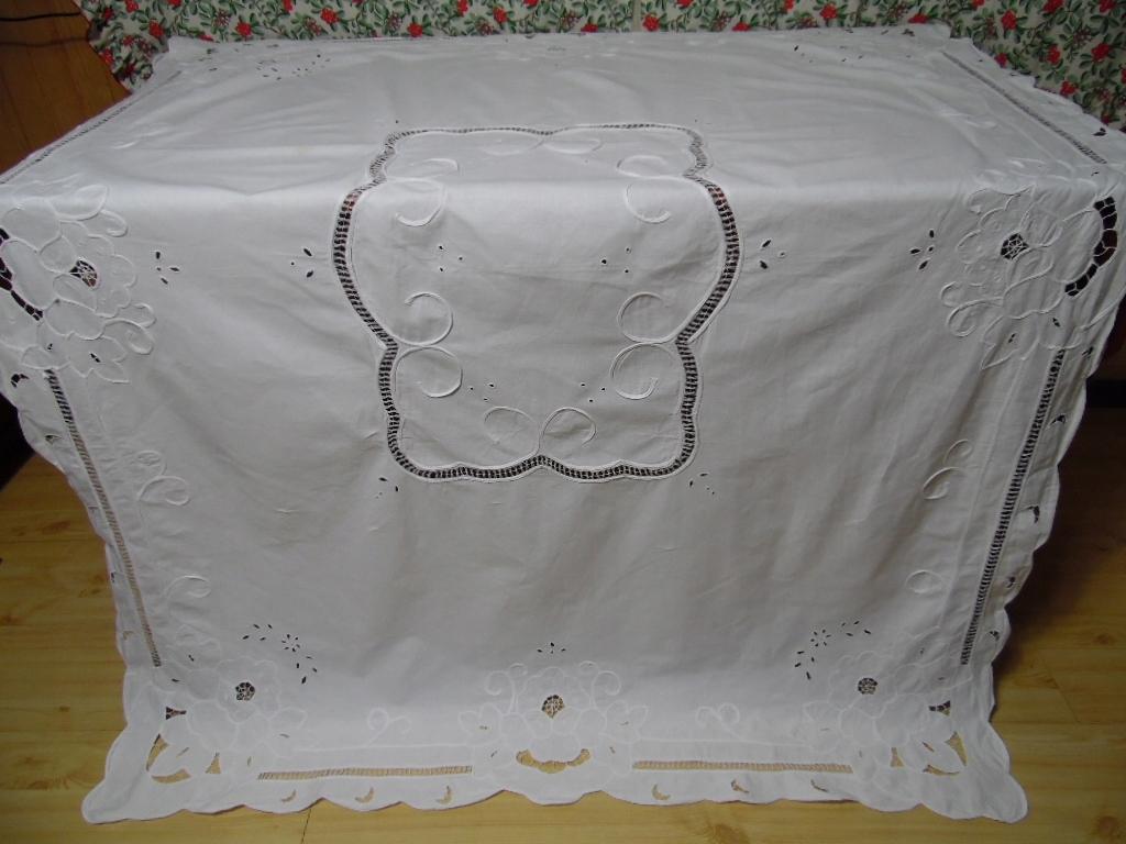 Śliczny haftowany obrus 160x120
