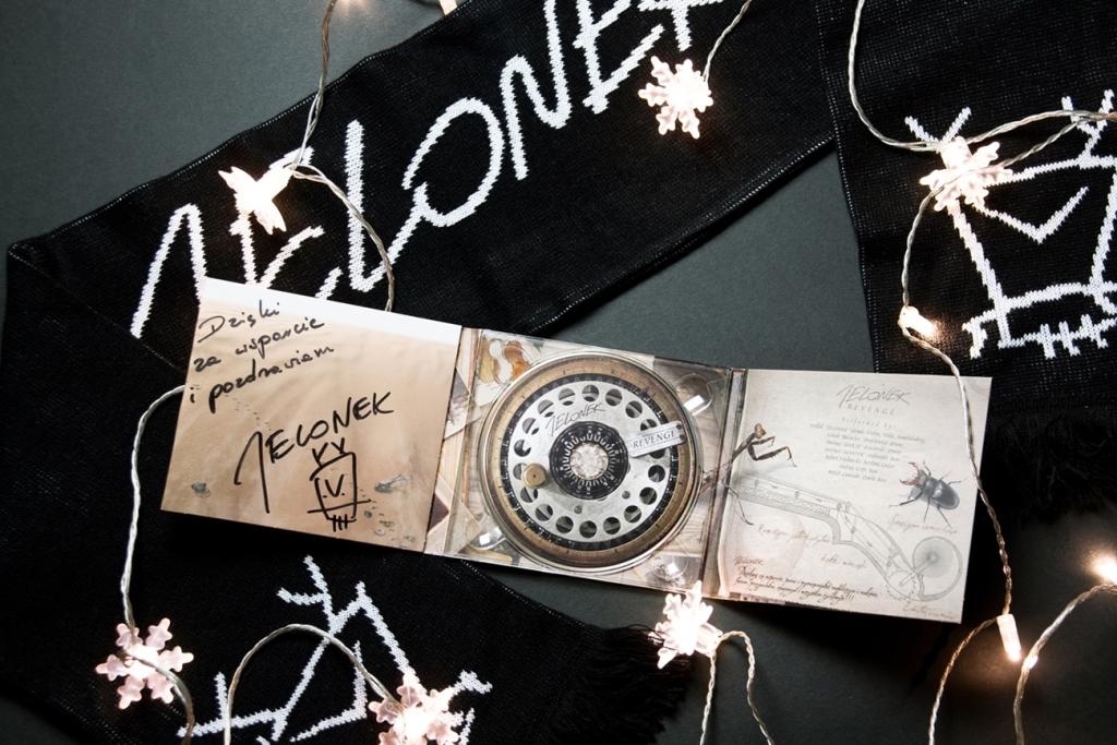 Album Revenge Jelonka z autografem oraz szalik