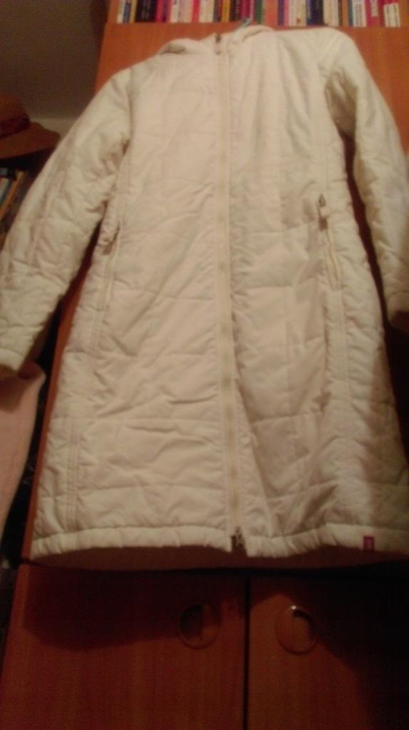 (36) EDC/Kremowy długi płaszcz pikowany z kapturem
