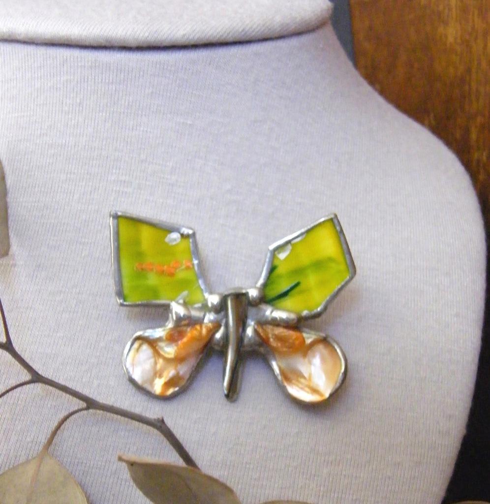 Rękodzieło prezent: Broszka wesoły motyl malowany