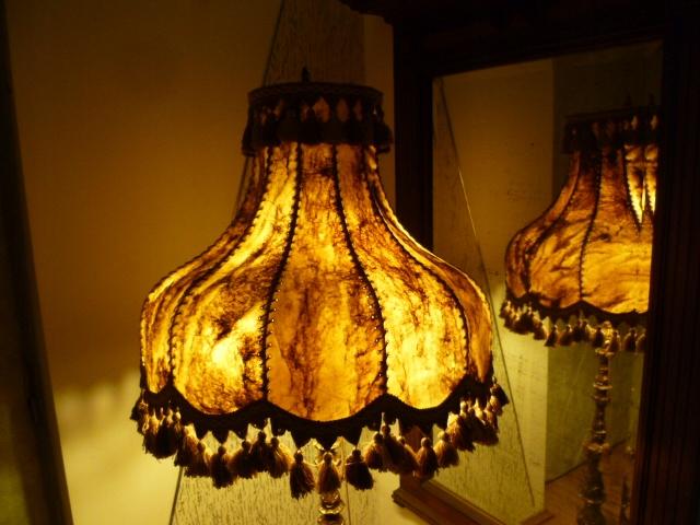 Lampa podłogowa ,mosiężna ze skórzanym abażurem.