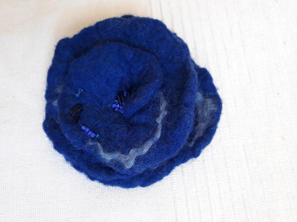 Filcowany ręcznie kwiat - broszka