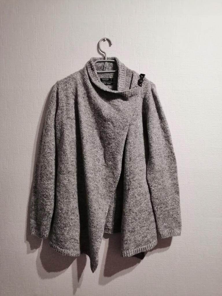 asymetryczny sweter narzutka oryginalne zapięcie
