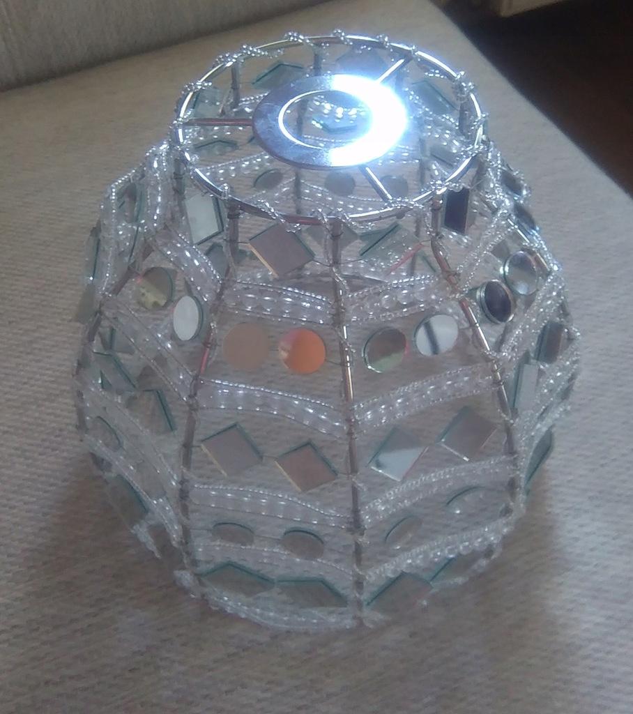 Metalowy abażur z lusterek i koralików