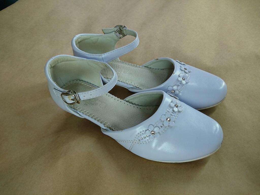 Białe buty komunijne z kwiatkami