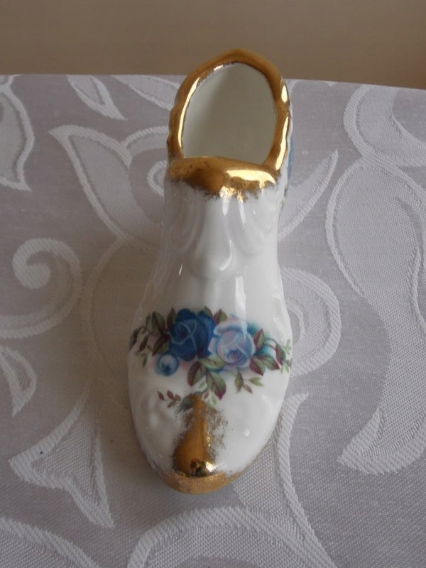 Piękna porcelanowa figurka but Royal Albert