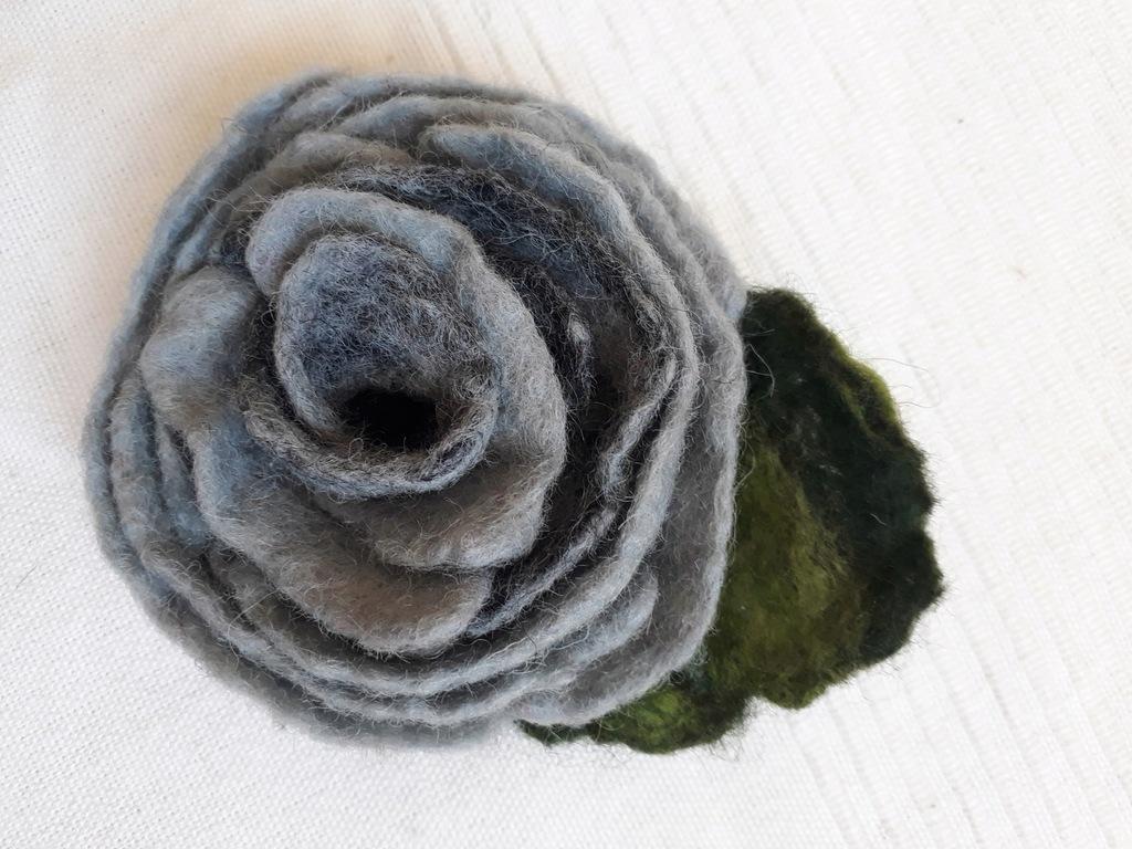 Ręcznie wykonany szary kwiat z filcu