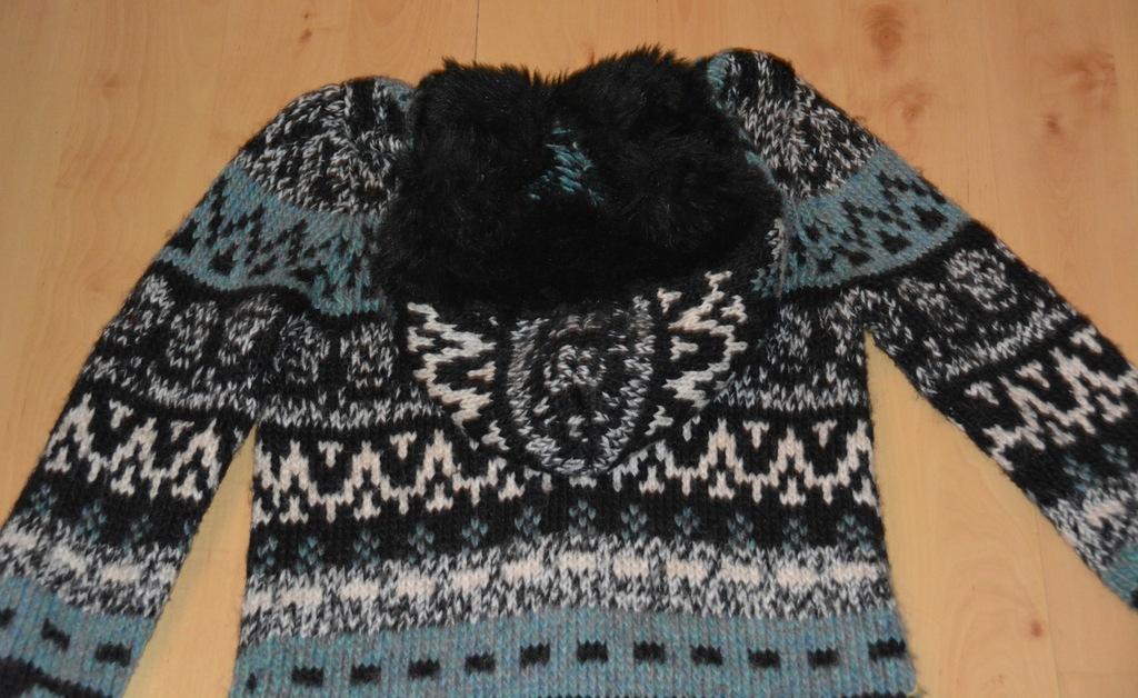 Sweter alarobiony na drutach w Swetry Szafa.pl