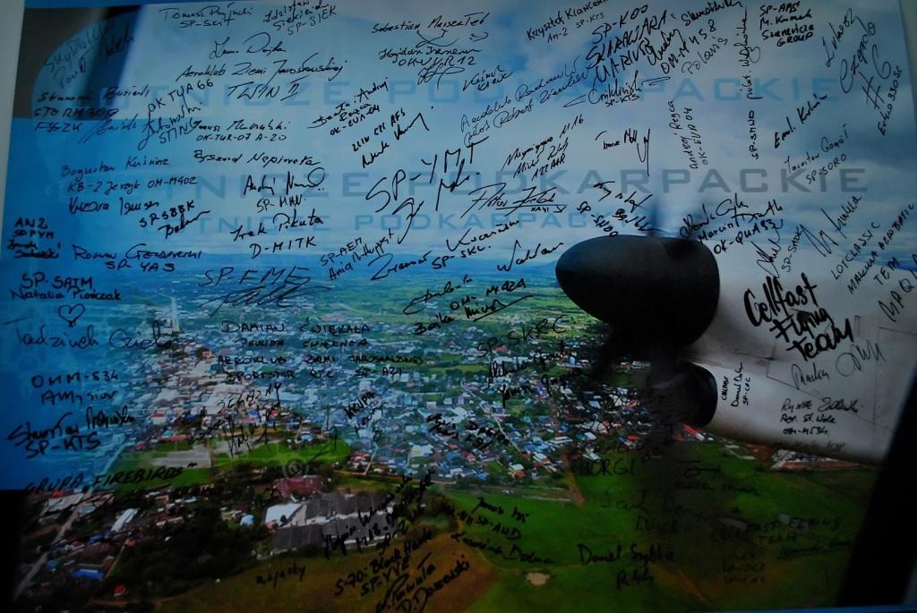 Plakat z podpisami pilotów. LOTNICZE PODKARPACKIE