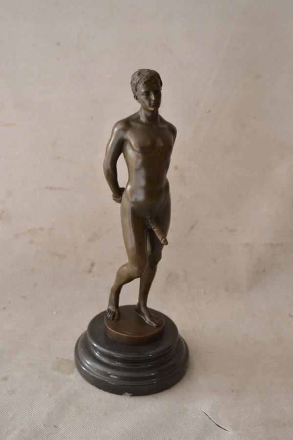 męski penis w rzeźbie witaminy na erekcje