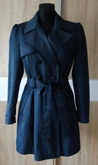 Płaszcz damski z kieszeniami z kapturem w groszki