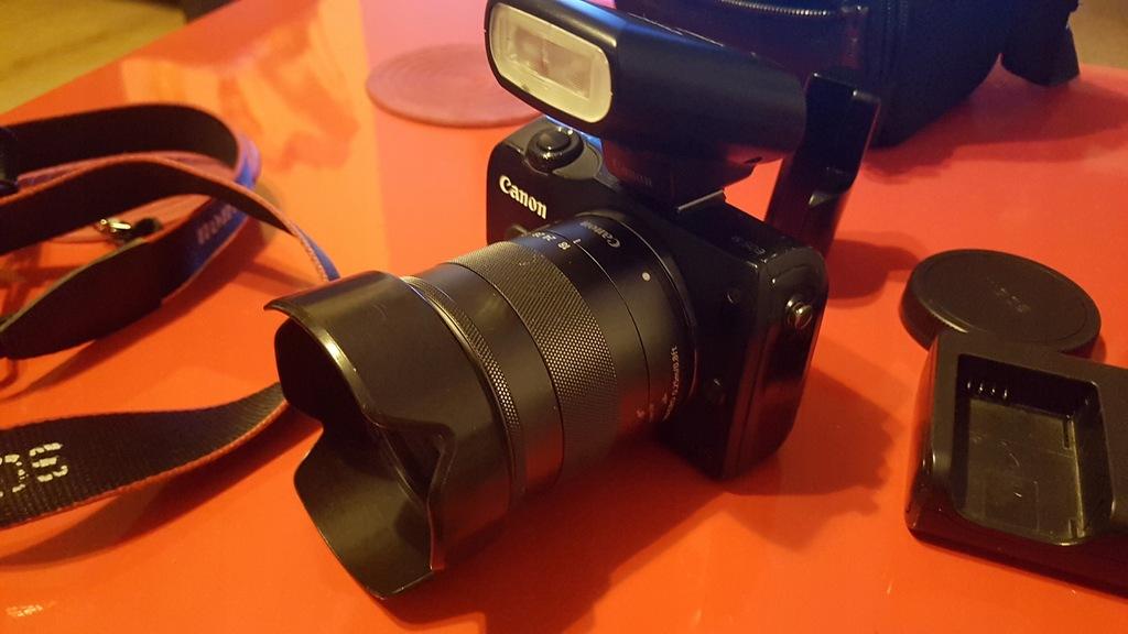 Aparat Canon EOS M, obiektyw 18-55, lampa błyskowa
