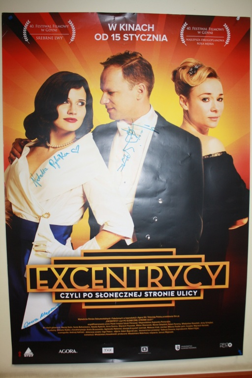 plakat z autografami z premiery filmu EXCENTRYCY