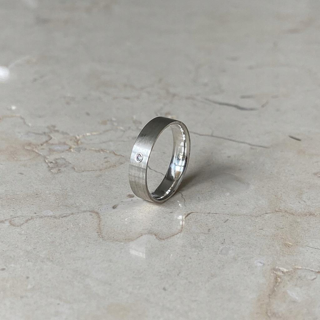 Obrączka srebrna płaska soczewka z cyrkonią 4mm