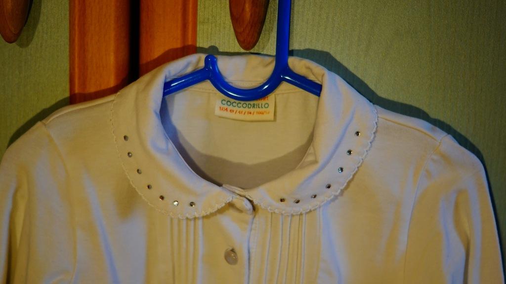 Biała bluzeczka galowa coccodrillo rozmiar 104