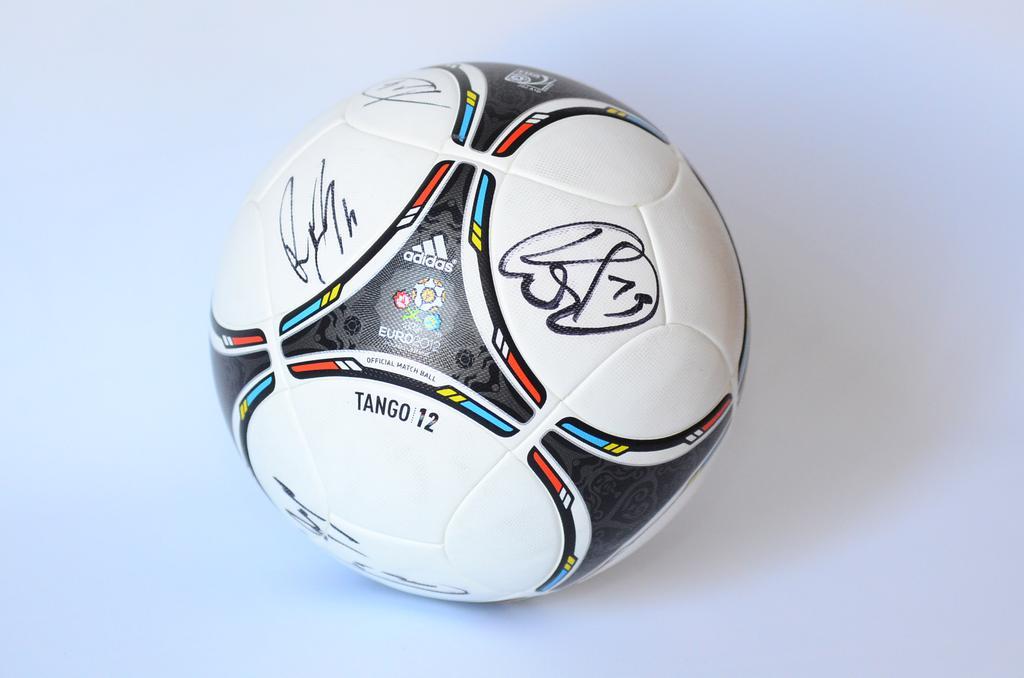 Replika piłki TANGO 12 z autografami Portugalii