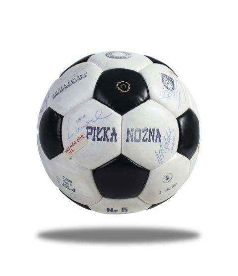 Unikatowa piłka z 1977 r. z autografami
