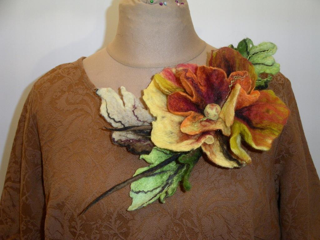 Piękny kwiat, brosza, filcowana, wełna merynosa