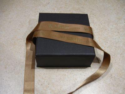 Pudełko na biżuterię z brązową kokardką. W. Kruk
