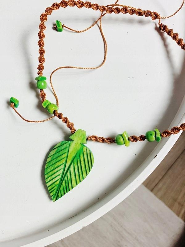 zielony naszyjnik etno handmade liść rzeźbiony