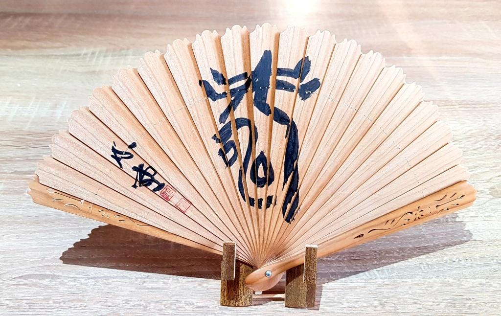 Kaligrafia japońska - unikalny wachlarz drewniany