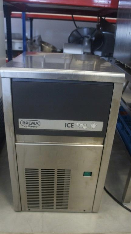 Podłączyć linię wodną do kostkarki do lodu