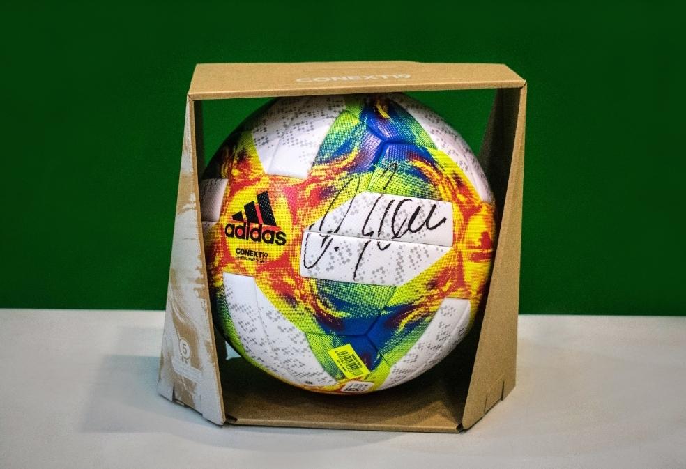 Piłka z podpisem MICHAELA BALLACKA