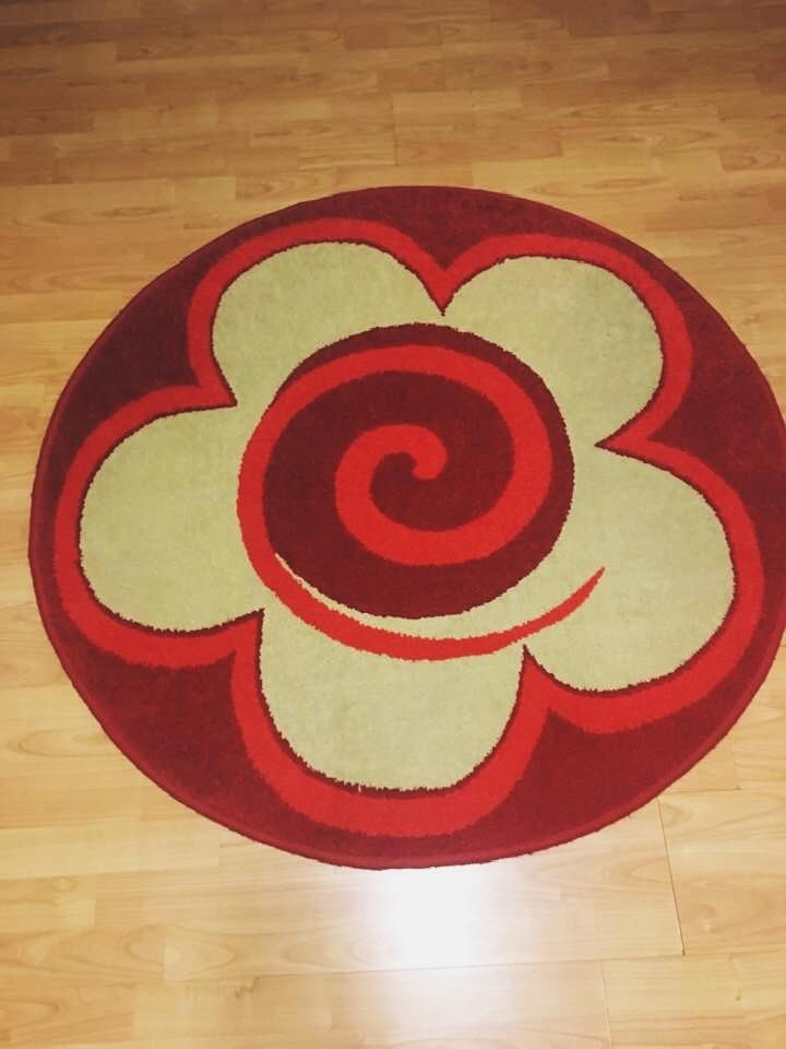 Okrągły dywan - czerwony, kwiatek